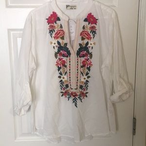 Tops - Embroidered shirt.